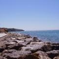 Imagen de los acantilados de Salou. Se ven las rocas, el mar y el cielo.