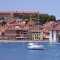 Imagen del puerto de Collioure, con el mar y casas, al sur de Francia, en el Mediterráneo.