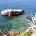 El mar transparente de Ses-Figuerets-Ibiza, alrededor de una roca.
